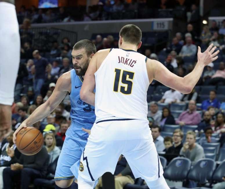 Marc Gasol (i) de Memphis Grizzlies disputa el balón con Nikola Jokic (d) de Denver Nuggets, en el FedEx Forum de Memphis, Tennessee (Estados Unidos). EFE