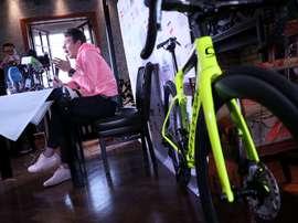 El ciclista colombiano Rigoberto Urán, del equipo Education First, ofrece una rueda de prensa hoy, viernes 9 de noviembre de 2018, en Bogotá (Colombia). EFE