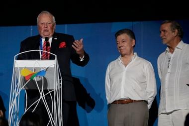 En la imagen, presidente de la Organización Deportiva Centroamericana y del Caribe (Odecabe), el barbadiense Steve Stoute (i). EFE/Archivo