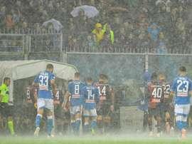 La lluvia obligó a parar el partido. EFE/EPA