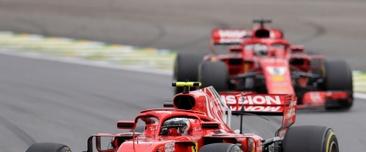 El monoplaza conducido por el finlandés Kimi Raikkonen (frente), del equipo Ferrari de Fórmula 1, fue registrado este domingo, durante el transcurso del Gran Premio de Brasil, en el autódromo Interlagos de Sao Paulo. EFE