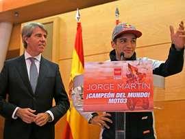 El presidente de la Comunidad de Madrid, Ángel Garrido (i), ha recibido hoy al deportista madrileño Jorge Martín, recientemente proclamado Campeón del Mundo de Motociclismo en la categoría de Moto3. EFE