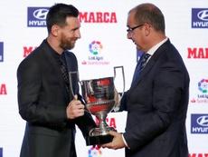 Leo Messi recibió el Trofeo Pichichi y el del mejor jugador de la pasada temporada. EFE