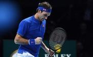 El tenista suizo Roger Federer celebra un punto ante el austriaco Dominic Thiem durante un partido de las Nitto Finales ATP disputado hoy. EF
