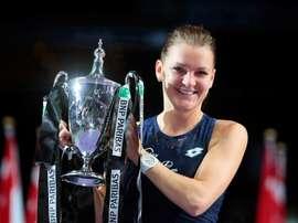 La tenista polaca Agnieszka Radwanska mientras levanta el trofeo tras derrotar a la checa Petra Kvitova en la final del torneo BNP Paribas WTA 2015 en Singapur. EFE/Archivo