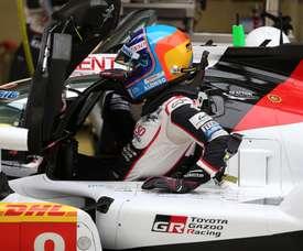 Fotografía facilitada por el equipo Toyota del español Fernando Alonso entrando en su monoplaza en el circuito de Shanghái. EFE