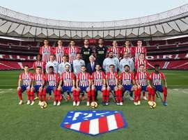 Los jugadores, el cuerpo técnico y el presidente del Atlético posaron para la foto. EFE