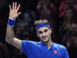 El tenista suizo Roger Federer celebra un punto ante el austriaco Dominic Thiem durante un partido de las Nitto Finales ATP disputado antes de ayer en el O2 de Londres (Reino Unido). EFE