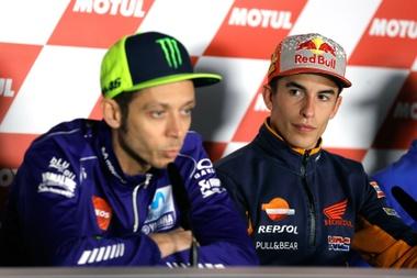 Los pilotos de Moto GP, Valentino Rossi y Marc Márquez, durante la rueda de prensa previa al Gran Premio de la Comunitat Valenciana, que se disputa este fin de semana, en el Circuit Ricardo Tormo. EFE