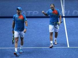 Los colombianos Juan Sebastián Cabal (i) y Robert Farah compiten contra la pareja formada por el sudafricano Raven Klaasen y el neozelandés Michael Venus durante su partido de dobles de la ronda de todos contra todos de las finales ATP de Londres en el O2 Arena de Londres, Reino Unido, hoy, 15 de noviembre de 2018. EFE