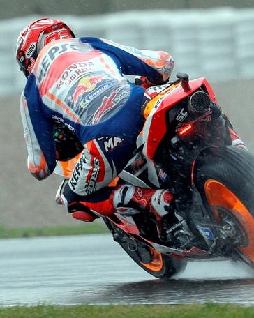 El Campeón del Mundo de Moto GP, el piloto español Marc Márquez, durante la segunda sesión de entrenamientos libres del Gran Premio de la Comunitat Valenciana, que se disputa este fin de semana, en el Circuit Ricardo Tormo. EFE