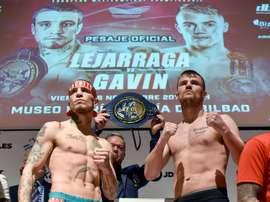 Los boxeadores Kerman Lejarraga (i) y el británico Frankie Gavin (d), hoy en Bilbao durante el pesaje previo al combate en el que se medirán ambos en el BEC por el título europeo welter, que ostenta el vizcaíno y al que el británico es aspirante. EFE