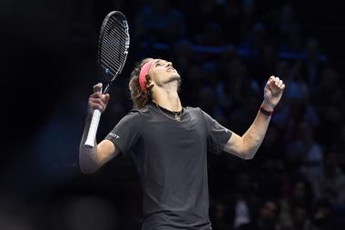 El tenista Alexander Zverev (en la imagen) vence a Roger Federer por 7-5 y 7-6 (5) y alcanza por primera vez la final de las Nitto ATP Finals en Londres. EFE