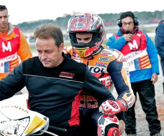 El expiloto Emilio Alzamora traslada al piloto Marc Marquez a boxes tras la caída que sufrió el español durante los entrenamientos en el circuito Ricardo Tormo de Cheste (Valencia) donde mañana se disputa la última prueba del mundial de motociclismo. EFE