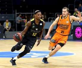 El escolta estadounidense del Iberostar Tenerife Thadd Mcfadden (i) intenta superar al escolta estadounidense del Valencia Basket Matt Thomas durante el partido de la novena jornada de la Liga Endesa. EFE