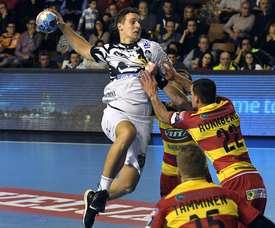 El lateral izquierdo húngaro del Abanca Ademar Patrik Ligetvári (i), ante la defensa de los jugadores del Riihimäen Cocks, durante el partido de Liga de Campeones de balonmano correspondiente a la 8ª jornada, disputado hoy en León. EFE