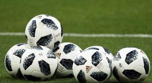 A bola vai parar no futebol amador inglês. EFE/Archivo