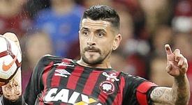 Lucho González se medirá a su ex equipo. EFE