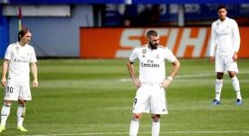 Benzema se fracturó el meñique de la mano derecha. EFE