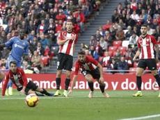 Mata, que hizo el 1-1, reclamó con vehemencia el penalti. EFE