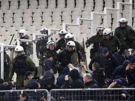 Durante el partido entre el Ajax y el AEK. EFE