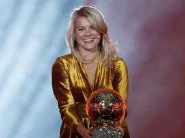 Ada Hegerberg consiguió hacerse con el primer trofeo femenino. EFE