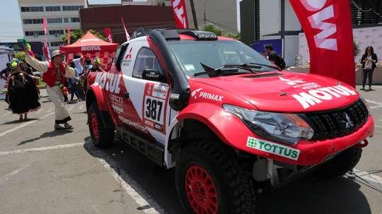 El vehículo que conduce el piloto peruano Francisco León, que participará en la edición 2019 de rally Dakar, fue registrado este martes, durante la presentación de la competencia, en Lima (Perú). EFE