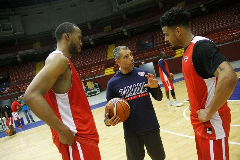 El director técnico de baloncesto de Panamá, Manuel Hussein (c), da instrucciones a los jugadores de baloncesto de Panamá, Akil Mitchell (i) y Daniel Girón (d), el 19 de febrero de 2018, durante un entrenamiento en Ciudad de Panamá (Panamá). EFE/Archivo