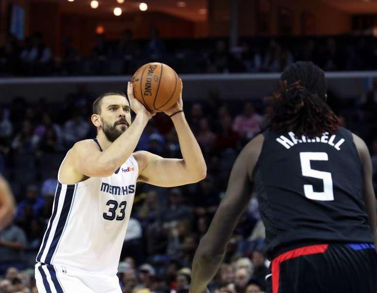 El jugador Marc Gasol (i) de Memphis Grizzlies lanza a canasta en el partido de la NBA entre Los Ángeles Clippers y Memphis Grizzlies disputado esta noche en el FedEx Forum en Memphis, Tennessee (Estados Unidos). EFE