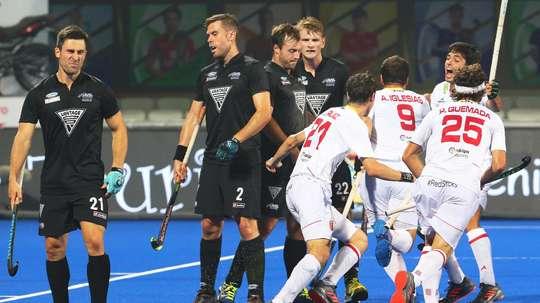 Los jugadores españoles (d) celebran un gol durante el partido de la fase de grupos del Mundial masculino de hockey hierba disputado contra Nueva Zelanda, en el estadio Kalinga de Bhubaneswar, la India, hoy, 6 de diciembre. EFE