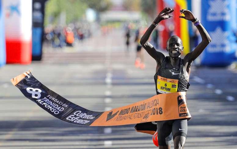El atleta keniano Abraham Kiptum en la meta del medio maratón Trinidad Alfonso EDP, en Valencia. EFE/Archivo
