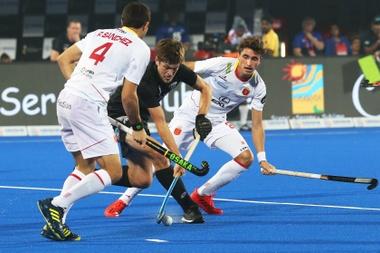El neozelandés Marcus Child (c) en acción ante el español Ricardo Sánchez (i) durante su partido de la fase de grupos del Mundial masculino de hockey hierba disputado ante Nueva Zelanda, en el estadio Kalinga de Bhubaneswar, la India. EFE