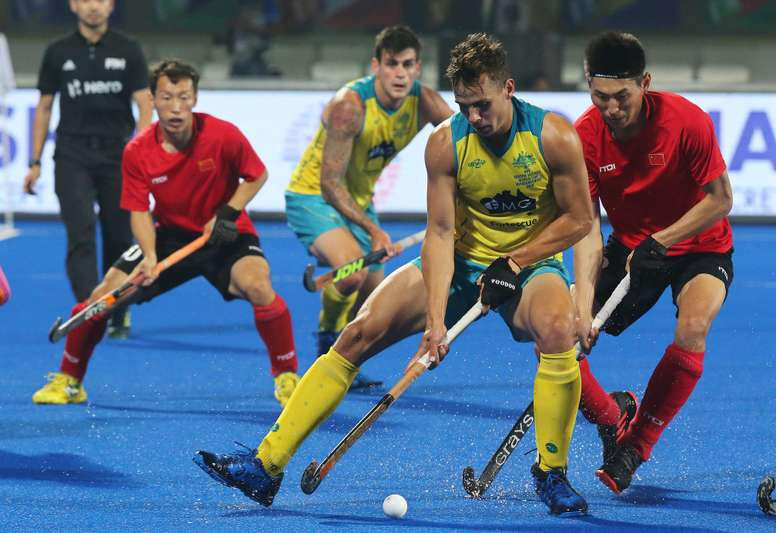 El australiano Tom Craig (c) y el chino Meng Dihao (d) pelean por la pelota durante un partido del Mundial masculino de hockey hierba disputado en el estadio Kalinga de Bhubaneswar (India). EFE