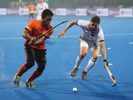 El jugador de Malasia Fitri Saari (i) en acción contra Tobias Hauke, de Alemania en el Kalinga Stadium de Bhubaneswar, India. EFE/EPA