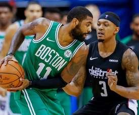 El jugador de los Celtics Kyrie Irving (i) en acción contra Bradley Beal (d) de Wizards, durante un partido de NBA entre Boston Celtics y Washington Wizards, en el Capital One Arena, en Washington (EE.UU.). EFE