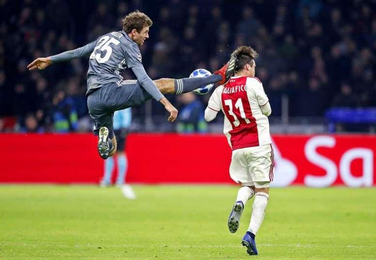 La patada voladora le salió cara al '25' del Bayern. EFE