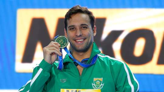 El sudafricano Chad le Clos celebra el oro tras su victoria en la final masculina de los 100m mariposa en los campeonatos del mundo de natación en piscina corta en Hangzhou (China) hoy, 13 de diciembre de 2018. EFE