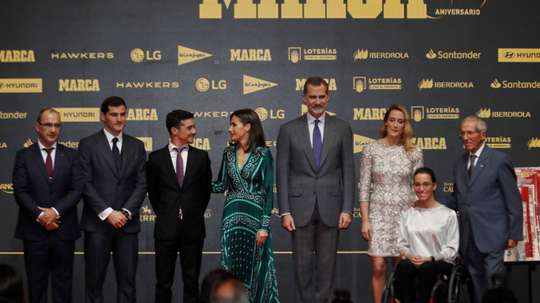 Los reyes Felipe y Letizia junto al director de Marca, Juan Ignacio Gallardo (i), posan junto a los galadornados; el portero Iker Casillas (2i), el patinador Javier Fernández (3i), la nadadora Mireia Belmonte (3d), la nadadora paralímpica Teresa Perales (2d) y el ciclista Federico Martín Bahamontes (d), durante el almuerzo conmemorativo con motivo del 80º aniversario del diario Marca. EFE