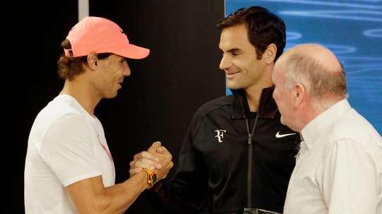 El español Rafael Nadal (i) y el suizo Roger Federer (c).