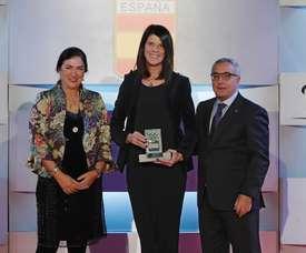 La atleta retirada Ruth Beitia (c) recibe un premio de manos del presidente del Comité Olímpico Español (COE), Alejandro Blanco Bravo (d), y de la miembro del Comité Olímpico Internacional, Marisol Casado Estupiñán (i), en la gala anual del Comité Olímpico Español celebrada esta tarde en Madrid. EFE
