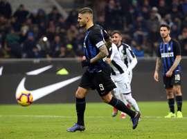 Icardi, en el momento de lanzar el penalti. EFE
