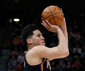 El escolta hispano Devin Booker logró 28 puntos, incluidos tres triples, como líder del ataque de los Suns de Phoenix. EFE/Archivo