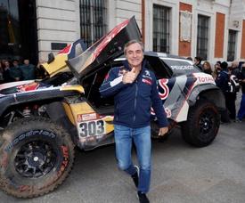 El piloto Carlos Sainz, junto al coche con el que ganó el Dakar 2018. EFE/Archivo