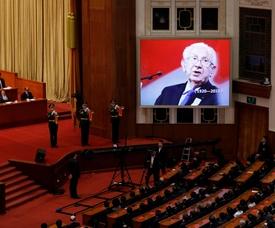 Retrato del expresidente del Comité Olímpico Internacional (COI) Juan Antonio Samaranch proyectado en una de la pantalla gigante durante un acto celebrado en el Gran Palacio del Pueblo de Pekín (China). EFE