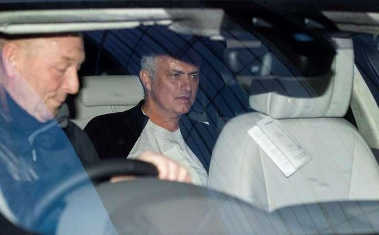 Mourinho explica por qué vivía en un hotel en Manchester. EFE