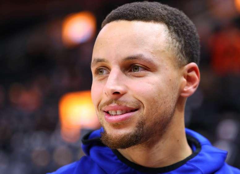 En la imagen un registro de Stephen Curry, base estrella de los Warriors de Golden State, quien aportó 42 puntos en el triunfo de su equipo 123-127 sobre los Kings de Sacramento. EFE/Archivo