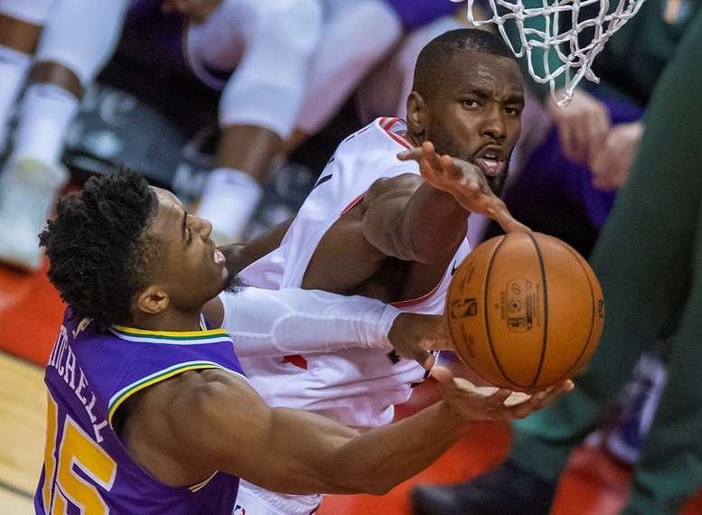 Serge Ibaka (d), de Toronto Raptors, detiene un lanzamiento de Donovan Mitchell de Utah Jazz en un partido de la NBA. EFE
