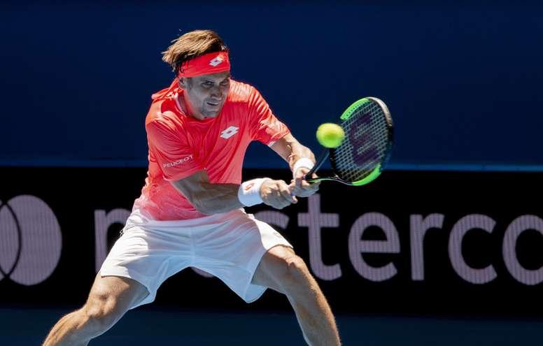 El tenista español David Ferrer devuelve la bola durante un partido entre España y Francia de la pasada Copa Hopman en Perth (Australia). EFE/Archivo