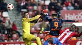Cofie (d) deja el Sporting. EFE