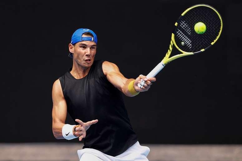 El tenista español Rafael Nadal en acción durante una sesión de práctica en la pista Rod Laver Arena hoy, para el Abierto de Australia, en Melbourne (Australia). EFE